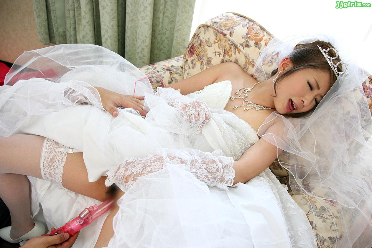 Невеста раздевается и дрочит киску с улыбкой  546767