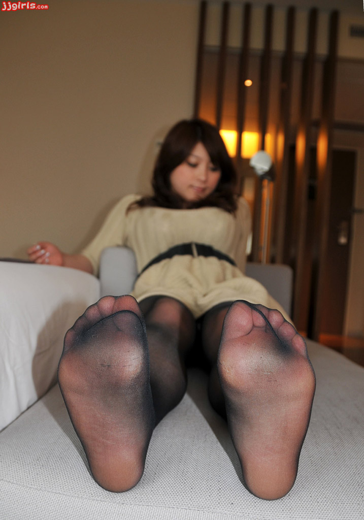 Foot fetish scene features Asian brunette PussyKat in pantyhose № 436981 бесплатно